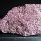 Zoisita (variedad thulita) Lom, Oppland, Noruega 6'5 x 4 cm. Vista posterior del mismo ejemplar, con un tono rosa más uniforme e intenso. (Autor: prcantos)