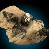 Carrolita, Calcita Kamoya Mine, Kambove, Katanga, Congo (Zaire) 10xcm, cristal de 3cm Cristales octaédricos interpenetrados con excelente brillo. (Autor: Raul Vancouver)