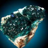 Dioptasa en calcita Tsumeb, Otjikoto Region, Namibia 14x10cm, cristales de hasta 1.5cm Otra vista del mismo ejemplar donde se aprecia la tridimensionalidad de la pieza. (Autor: Raul Vancouver)