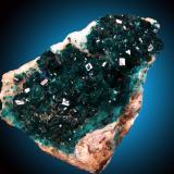 Dioptasa en calcita Tsumeb, Otjikoto Region, Namibia 14x10cm, cristales de hasta 1.5cm (Autor: Raul Vancouver)