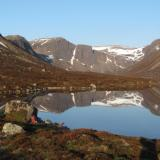 But the night before that I slept here, on the grassy patch by the boulder. This was the next morning at 6am. Loch Avon reflecting perfectly the surrounding mountains. (Author: Mike Wood)
