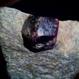 Almandino (Grupo Granate) Fort Wrangell, Alaska, EUA Cristal de 3 cm (Autor: DavidSG)