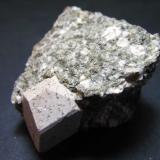 Ortoclasa Orogrande District, Otero County, New Mexico, Estados Unidos 4 x 4 cm. la pieza completa; cristal de 12 x 11 x 17 mm. Cristal de ortoclasa en granodiorita porfídica. (Autor: prcantos)