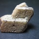Sanidina Kakourou, Aridhaia, Pélla Prefecture, Macedonia, Grecia 3'5 x 3 cm. Una curiosa sanidina griega.  Una macla de Carlsbad emerge de otro cristal, el cual es a su vez una macla de Baveno según la etiqueta. (Autor: prcantos)