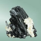 Hübnerita Mina Yaogangxian (nivel 37), Yizhang, Chezhou, Hunan, China. 6,8x6,2x4,4cm. Cristal formado por crecimientos policristalinos paralelos en matriz de cuarzo.  Ejemplar recolectado el año 2004 (Autor: Carles Curto)