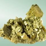 Calcopirita Mina Kaiwu, Hezhang, Bijie (pref.), Guizhou (prov.), China. 6,1x7,6x4,8cm. (cristal pral.: 2,6x2,5x2,1cm. Agregado de cristales diesfenoidals (pseudotetraédricos) con crecimientos escalonados, uno de ellos claramente dominante, con siderita lenticular. ejemplar recolectado el año 2012. (Autor: Carles Curto)