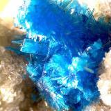 Pentagonita - Cavansita Wagholi Quarries, Wagholi, Pune District, Maharashtra, India 30X Otro detalle de otra zona del agregado, iluminado de otra forma y fotografiado con el microscopio.  Se aprecia la forma de los cristales tabulares. (Autor: prcantos)