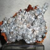 Calcita, Limonita Mina Ojuela, Mapimí, Durango, México 95 x 87 x 75 mm. Pieza proveniente de Ojuela, con cristales rombohédricos blanquecinos, sobre estalactitas de limonita. (Autor: Carlos Medina)
