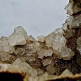 Chabazita Agaete, Gran Canaria, Islas Canarias, España. Ancho de imagen 2,5 cm Los cristales romboédricos (de aspecto cúbico) están salpicados de pequeñas agujas de natrolita-mesolita. (Autor: María Jesús M.)