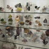 The upper part of the display: Layer 1 (garnets, tourmalines, beryls and some others), layer 2 (pyromorphites, wulfenites, apatites and some gem minerals), layer 3 (smoky quartzes, amethysts, mimetites and others). (Author: Tobi)