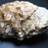 Cuarzo Playa de Vilches, Torrox, Málaga, Andalucía, España 10 x 6 cm. Cuarzo cristalizado sobre la superficie de una grieta de un esquisto micáceo alpujárride. (Autor: prcantos)