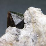 Cuarzo Montejícar, Granada, Andalucía, España 2 cm. ancho de campo Un cuarzo morión de Montejícar.  Es posible que sea un cristal biterminado, habría que comprobarlo extrayéndolo de la matriz. (Autor: prcantos)