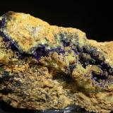 Azurita sobre calcita y aragonito<br />Mina Teresita (Mina Aramo; Minas de Texeo), Llamo, Riosa, Comarca de Oviedo, Asturias, Principado de Asturias, España<br />14,5 x 6,5 cm.<br /> (Autor: minero1968)