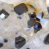 Anatasa Sierrilla de Aguas Vivas, Cáceres capital, Extremadura, España cristales entre 1 y 2 mm aproximadamente. En algunas zonas aparecen puntitas de brookita saliendo del cuarzo. (Autor: Cristalino)