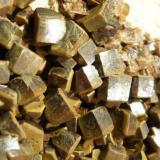 Vanadinita (variedad endlichita) Touissit, Oujda-Angad, Marruecos 5 x 7 x 3 cm. Detalle, cristales con aristas entre 3 y 5 mm. (Autor: Felipe Abolafia)