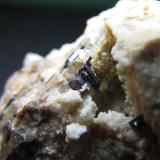 Rutilo Carver's Claim, Wadnaminga goldfield, Olary Province, South Australia, Australia Cristal de 4 mm. Otro detalle de la misma pieza, que muestra un pequeño fragmento estriado de rutilo. (Autor: prcantos)