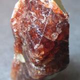 Zircón Chilas, Diamar District, Gilgit-Baltistan, Pakistán 3'5 x 1'5 x 1 cm. Un zircón de las pegmatitas graníticas del norte de Pakistán.  Cristal aproximadamente prismático y terminado. (Autor: prcantos)