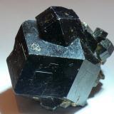 Andradita titanífera (Grupo Granate) Imilchil, Alto Atlas, Er Rachidia, Meknès-Tafilalet, Marruecos Cristal sobre 3cm x 2,5cm x 2,5cm Otra vista (Autor: Javier MC)
