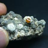 Spessartina (Espesartina) (Grupo Granate) sobre Mica y Cuarzo Mina Wushan, Tungbei, Yunxiaoco, Prefectura de Zhangzhou, Fujian, China. Pieza 42mm - 34mm - 27mm / cristal de granate 4mm - 4mm - 3mm (Autor: Pedro Naranjo)