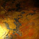Interior de una de las galerías de las minas de Taouz (febrero 2013). Con óxidos de hierro y manganeso, vanadinita... (Autor: Joan Rosell)