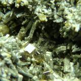 Anfíbol (variedad uralita)<br />Mina Calumet, Distrito Turret, Condado Chaffee, Colorado, USA<br />5 x 5,5 x 3 cm.<br /> (Autor: Felipe Abolafia)