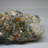 Grossularia variedad hessonita (grupo Granate) con diópsido y vesuvianita<br />Mina Jeffrey, Asbestos, Les Sources RCM, Estrie, Québec, Canadá<br />82mm - 46mm - 26mm<br /> (Autor: Pedro Naranjo)