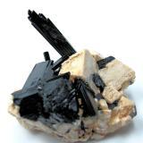Arfvedsonita, ortoclasa<br />Monte Malosa, Distrito Zomba, Malawi<br />72 mm x 56 mm. Cristal principal: 48 mm de altura<br /> (Autor: Carles Millan)