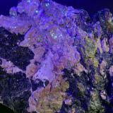 Uraninita, uranocircita, circón, fosfuranilita y turmalina sobre feldespato rosa.<br />Mina Diéresis, Puerto del Cabril, Hornachuelos, Comarca Valle Medio del Guadalquivir, Córdoba, Andalucía, España<br />18 x 16 cm.<br /> (Autor: Antonio Carmona)