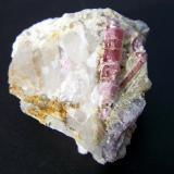 Elbaita (variedad rubelita)<br />Mina Alvarrões (concesión C-8), Seixo Amarelo-Gonçalo-Vela, Guarda, Distrito Guarda, Portugal<br />6cm la pieza,3cm el cristal principal<br /> (Autor: canada)