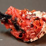 Vanadinite, Calcite, Manganese OxidesTaouz, Erfoud, Provincia Er Rachidia, Region Meknès-Tafilalet, Marruecos8.2 x 4.4 x 3.3 cm (Author: Don Lum)