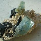 Berilo (variedad aguamarina), Chorlo y Albita<br />Monte Erongo, Usakos, Región Erongo, Namibia<br />8,5 x 6 x 4,2 cm / cristal mayor 3 x 1,5 cm<br /> (Autor: Juancho)