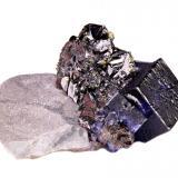 Fluorita, esfalerita, calcopirita<br />Mina Elmwood, Carthage, Distrito Central Tennessee Ba-F-Pb-Zn, Condado Smith, Tennessee, USA<br />65 mm x 50 mm x 24 mm. Cristal mayor de fluorita: 17 mm en la arista<br /> (Autor: Carles Millan)