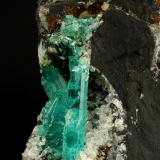 Beryl (variety emerald), Albite (variety cleavelandite)<br />Chivor mining district, Municipio Chivor, Eastern Emerald Belt, Boyacá Department, Colombia<br />190x35x115mm, longest xl=32mm<br /> (Author: Fiebre Verde)