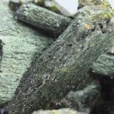 Anfíbol (variedad uralita)<br />Concesión Milucha, Palombatos, Burguillos del Cerro, Comarca Zafra - Río Bodión, Badajoz, Extremadura, España<br />35x26 mm<br /> (Autor: Juan Espino)