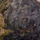 Serpentinita Sierra del Careón (Serra do Careón), Melide, A Coruña, Galicia, España 13 cm x 14 cm x 4,5 cm Detalle. Ofiolitas de Careón (Unidad ofiolítica del Careón), formadas por gabros, metagabros, anfibolitas y rocas ultramáficas (hazburgitas y dunitas) serpentinizadas. (Autor: Rafael varela olveira)