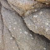 Granodiorita con fenocristales de feldespato potásico (F- K) (Zona de muestra-1) Cala La Fosca, Palamós, Girona Los cristales de feldespato K tienen aprox 1- 1,5 x 2-3 cm Zona de muestra Granodiorita con F-K (Autor: germanvet)