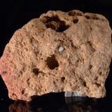 Calcarenita bioclástica conglomerática Cantera romana de Baelo-Claudia, Tarifa, Cádiz, España. 15 x 12 x 10 cm Edad: Pleistoceno inferior Formada mayoritariamente por trocitos de conchas marinas tamaño arena y algunos cantos muy rodados de cuarzo reciclados de una roca anterior, con cementación caliza. Es bastante porosa y forma excelentes acuíferos. (Autor: Josele)