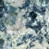 Diabasa (detalle) Sierra de Enmedio (Murcia, España) 20X Los componentes minerales de la roca: plagioclasa blanca, piroxenos y anfíboles negros y verdosos con algún grado de alteración; la epidota se ha descrito en las metadiabasas de la zonas; se observa también un componente rosado (¿quizá algo de feldespato alcalino?) y unos gránulos de color azul intenso en la parte superior izquierda. (Autor: prcantos)