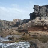 Estratos de toba soportando una colada basáltica La Isleta, Gran Canaria, España (Autor: María Jesús M.)