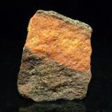 Gneis de anfibolita. Campo base del Broad Peak (5.400 m.s.n.m.), Baltoro, Karacorum, Skardu D., Baltistán, Pakistán. 3 x 2 x 0,6 cm Gneis de alto grado de metamorfismo compuesto principalmente de ferrohornblenda, algo de cuarzo y granate. La veta naranja es de cuarzo con óxidos. (Autor: Josele)