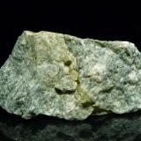 Cuarzo con diópsido (?) Campo base del Broad Peak (5.400 m.s.n.m.), Baltoro, Karakorum, Skardu D., Baltistán, Pakistán. 5 x 2,5 x 2,5 cm A esto no sé como llamarlo, Quizás alguien pueda ayudar... Lo blanco son granos de cuarzo de hasta unos 3 mm. No veo feldespatos. Lo verde oscuro, con la lupa x10 parecen cristalitos de diópsido, de hasta 1 mm. Tiene algunos granitos de pirita o algo parecido. La veta verde-amarilla también raya el cristal. (Autor: Josele)