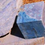 Cuarcita dumortierítica. Oliveira dos Brejinhos, Bahia, Brasil. Arista del cubo 50 cm. El color azul proviene de la abundante presencia en la cuarcita de cristales de silimanita y dumortierita. (Autor: arturo)
