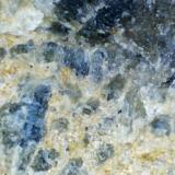 Detalle de la zona amarilla Sierra Bermeja (Málaga, España) Los cristales más frescos en la parte superior. (Autor: prcantos)
