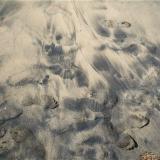 Desmezcla de arenas blanca y negra, debida al oleaje. Las Canteras. Las Palmas de Gran Canaria. Gran Canaria. España ¿soy la única que ve las huellas de los piés hacia afuera????? (Autor: María Jesús M.)
