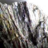 Esquisto de sillimanita Punta de la Mona (La Herradura, Granada, España) Ancho del encuadre = 4 cm. aprox. Otra vista que muestra la esquistosidad gruesa pero muy reconocible. (Autor: prcantos)