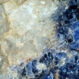 Foidolita de sodalita (detalle de la anterior) Namibia (África) 20X Feldespato alcalino (obsérvese la buena exfoliación) junto a la sodalita. (Autor: prcantos)