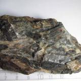 Esquisto micáceo de estaurolita Montejo de la Sierra, Madrid, España 9x4'5 cm. Un esquisto micáceo con esquistosidad gruesa y grandes cristales de estaurolita negra.  También se reconoce el cuarzo con tonos claros. (Autor: prcantos)