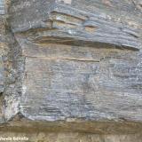 Corneana hornblendica. Proviene de una roca sedimentaria formada por cenizas volcánicas que se depositaron durante el Ordovícico y que sufrieron el metamorfismo de contacto de la intrusión de los granitoides hercínicos. Estas rocas pertenecen a la aureola interna (la más cercana al granitoide) de este metamorfismo. (Autor: Frederic Varela)