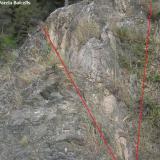 Dique de granito con estructura porfírica (en el centro, delimitado por las líneas rojas) en contacto con las corneanas. (Autor: Frederic Varela)