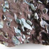 Trap-rock / basalto amigdaloide (detalle) Alemania 3 cm. ancho de campo Detalle de los productos de alteración en las cavidades. (Autor: prcantos)